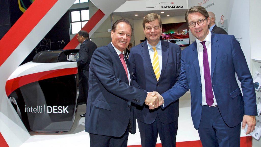 Schaltbau-CEO Dr. Albrecht Köhler (links) begrüßt den deutschen Verkehrsminister Andreas Scheuer (rechts) und seinen parlamentarischen Staatssekretär Enak Ferlemann (Mitte)