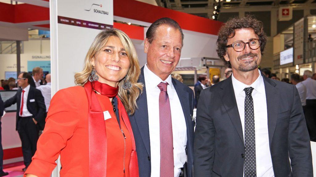 Schaltbau-CEO Dr. Albrecht Köhler (Mitte) und Schaltbau Fahrschalter-Geschäftsführerin Dr. Paola Foiadelli (links) freuen sich über den Besuch des italienischen Verkehrsministers Danilo Toninelli (rechts)